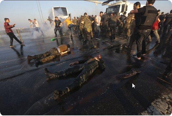 #TurkeyCoupAttempt #Turkey #Arresterdogan #ErdoganMustGo  Istanbul: Surrendering soldiers were lynched by Erdoganist https://t.co/Q5NjWZNnZI