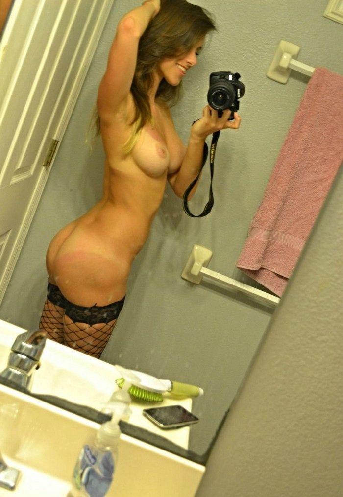 Длинноногие девушки фотографируют себя дома голыми — img 2
