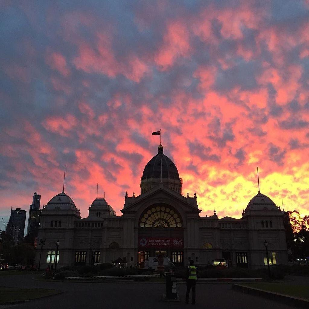 The sky is on fire #melbourne #sunset https://t.co/H7H95OYq7J https://t.co/dSKuNuHpB0