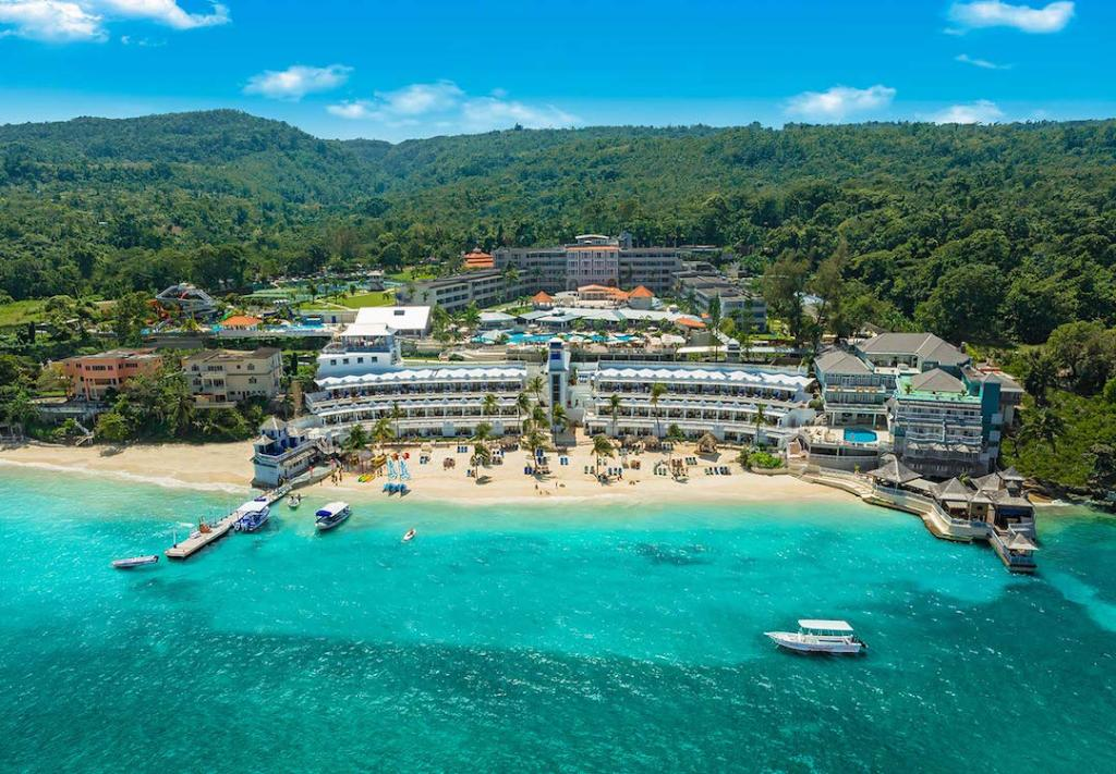 Nestled along #Jamaica's coastine and lush tropical gardens lies #BeachesOchoRios. RT if you wish you were here! https://t.co/LULiRK38um