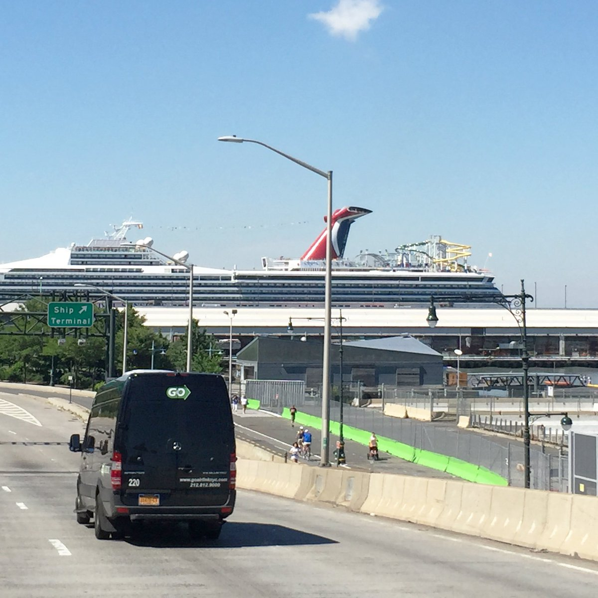 Si vous atterrissez à l'aéroport Newark (New Jersey), vous aurez plusieurs solutions pour effectuer le transfert jusqu'à votre logement: le taxi jaune, le taxi privé, le shuttle (navette partagée), le train, le bus ou encore la limousine.