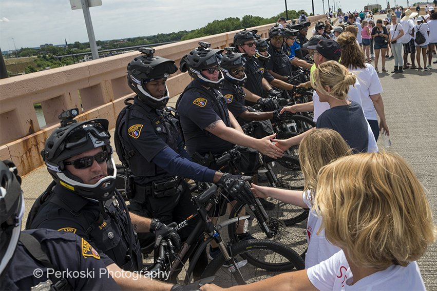 Thanking police at Cirlce the City with love in #CLE photos - @perkoski #RNCinCLE https://t.co/OLA2PgyxTv