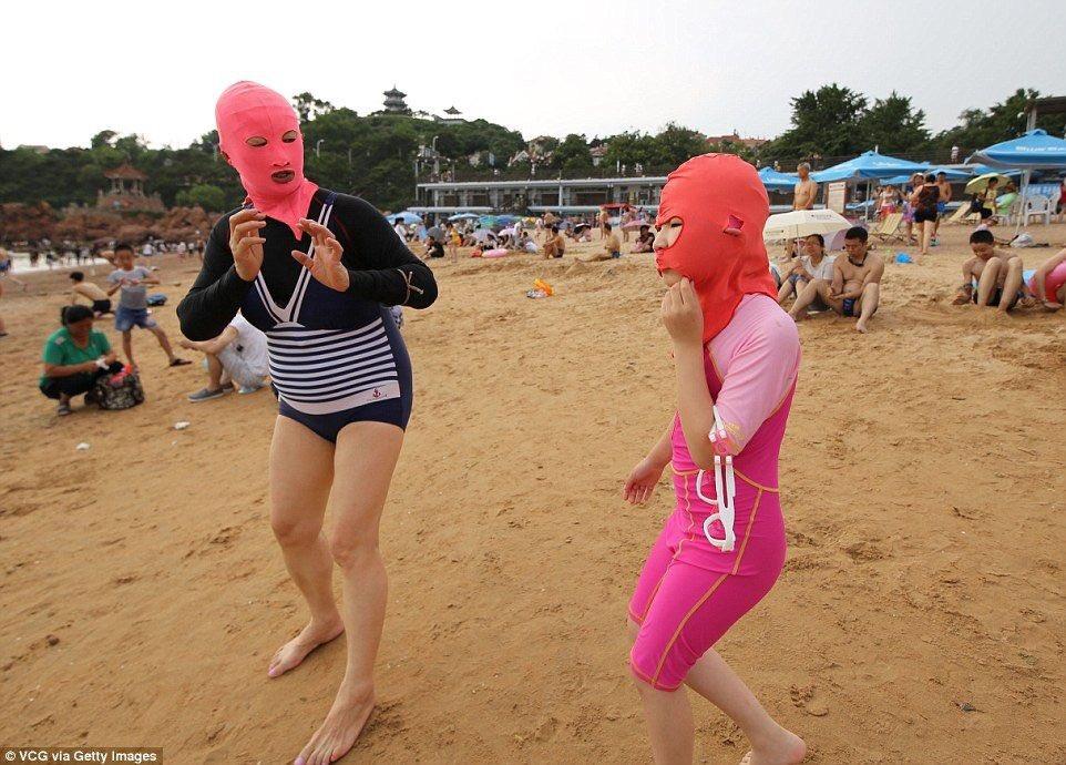 中国の海水浴場で目にする日よけマスク姿の女性たち