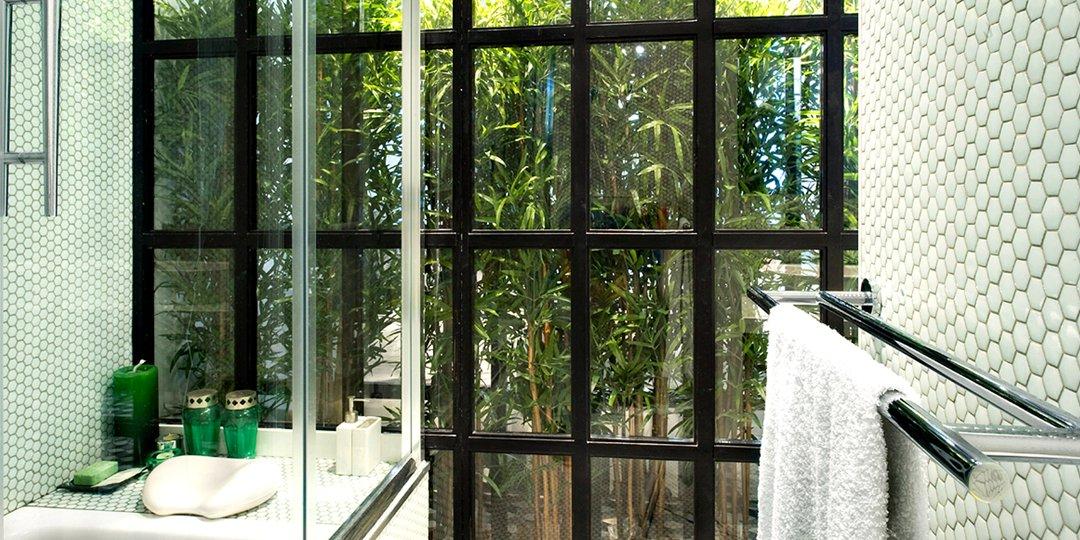 Contrast modern. Hexagonal walls of glass mosaic tiles and a tropical view. #Hisbalit #bathroom #hexagonaltiles <br>http://pic.twitter.com/vWi0t3Ylk5