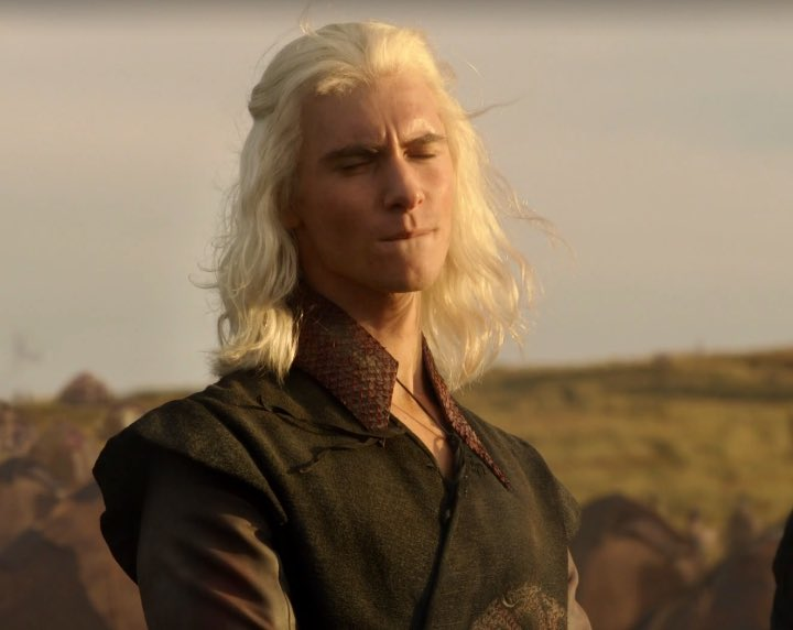 Bonus: Viserys jizzing his pants at the thought of sitting on the iron throne. Keep dream shitstick! https://t.co/OCdYUGn8Xq