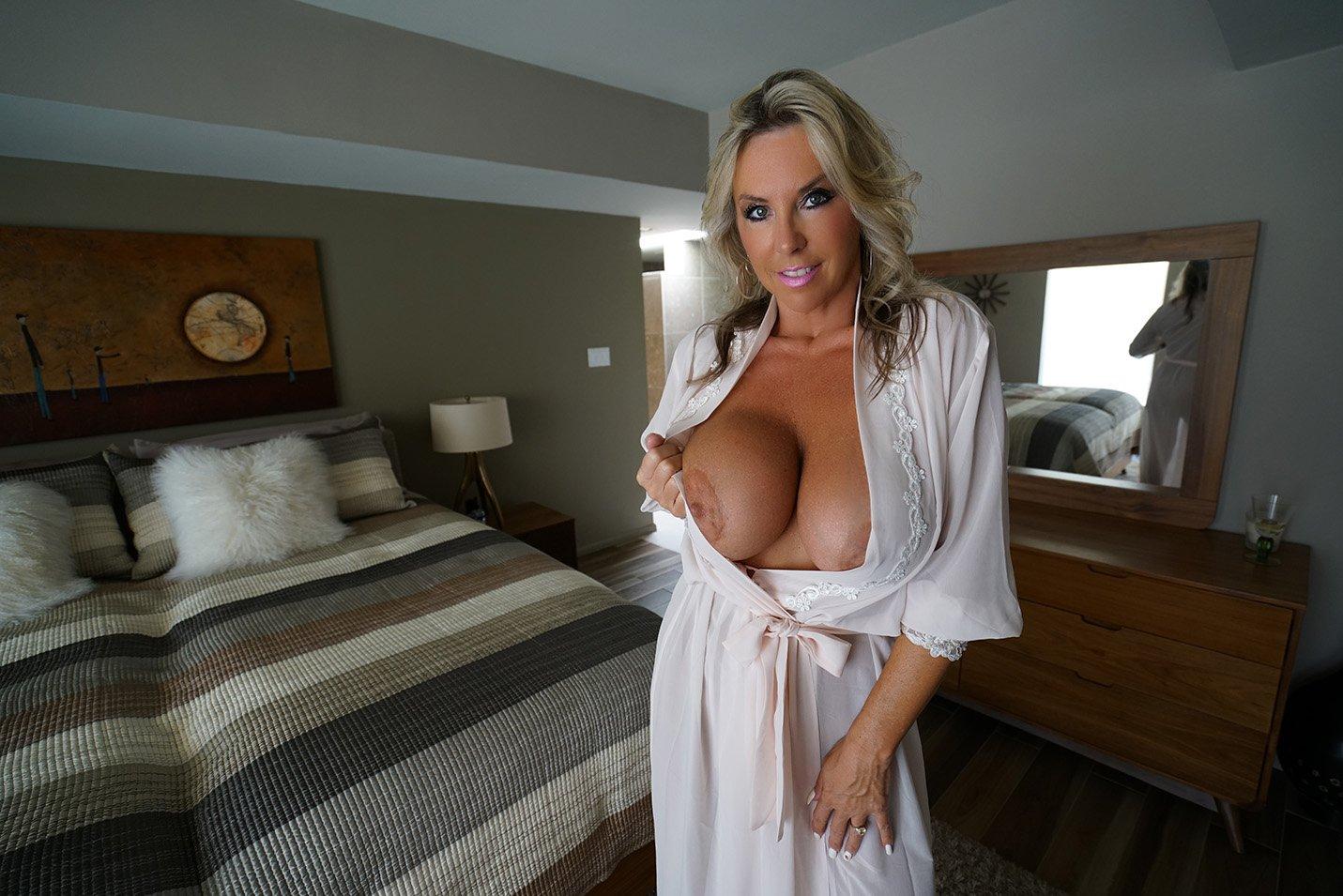 wifeys-world-topless-pornstar-elizabeth-carson