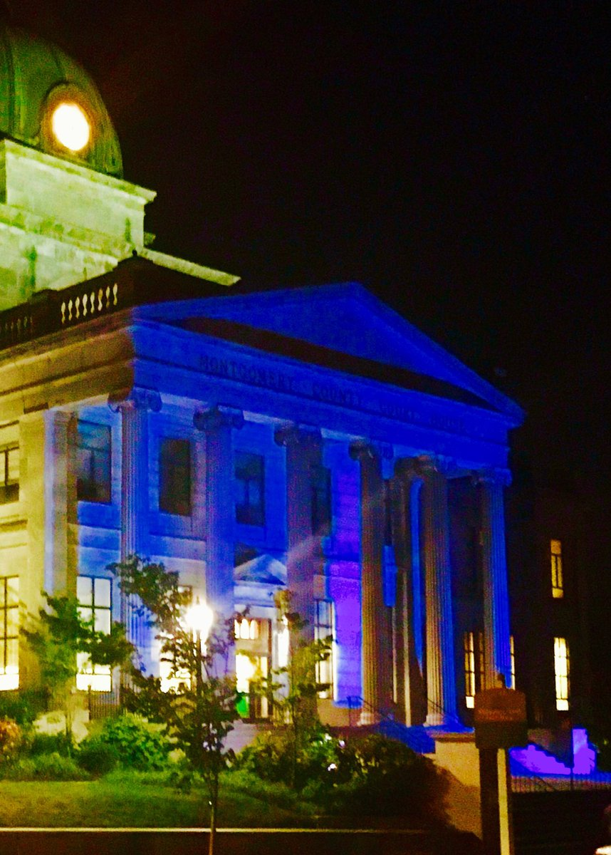 The Montgomery County Court House is blue tonight in honor of the fallen police officers in Baton Rouge & Dallas. https://t.co/l3Oz2mKJZ7