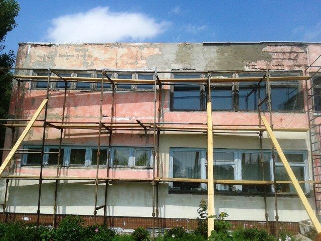 Продолжается ремонт фасада детского сада № 28