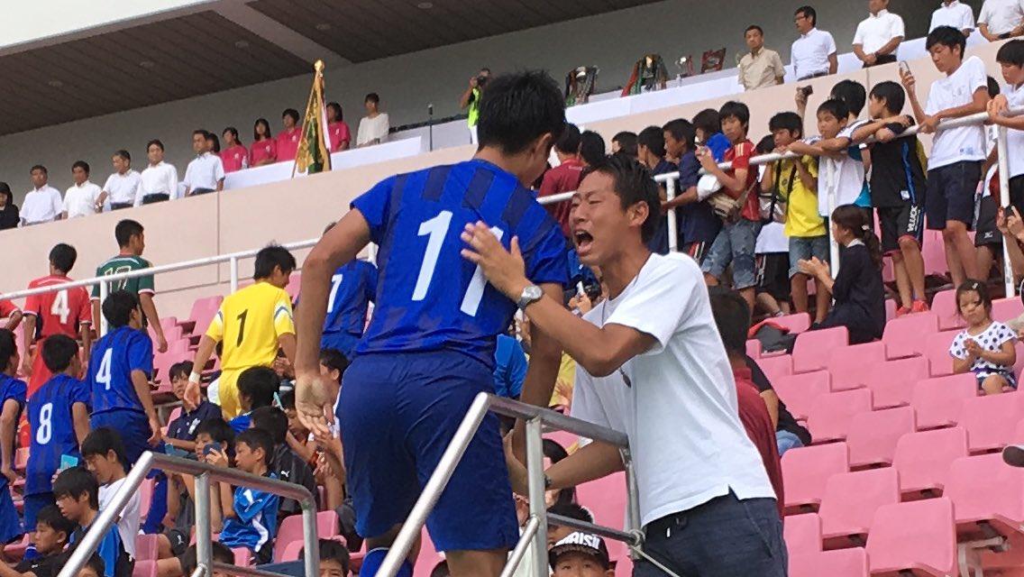 インターハイ決勝後の表彰式。ロイヤルボックスに上がっていく優勝をした市立船橋の選手たち一人ひとりに、泣きながら握手を交わす男性が。 昨年の市立船橋の守護神・寺尾凌。昨年決勝で東福岡にPK戦の末に敗れた。自らを超えた後輩を労っていた。 https://t.co/uK6ZBrbLz6