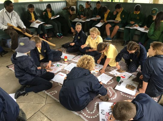 Aboriginal Edu officer Leon teaches students indigenous art for School Magazine's 100th bday @rbgsydney  @ABCSplash https://t.co/OEt7OjJ5M0