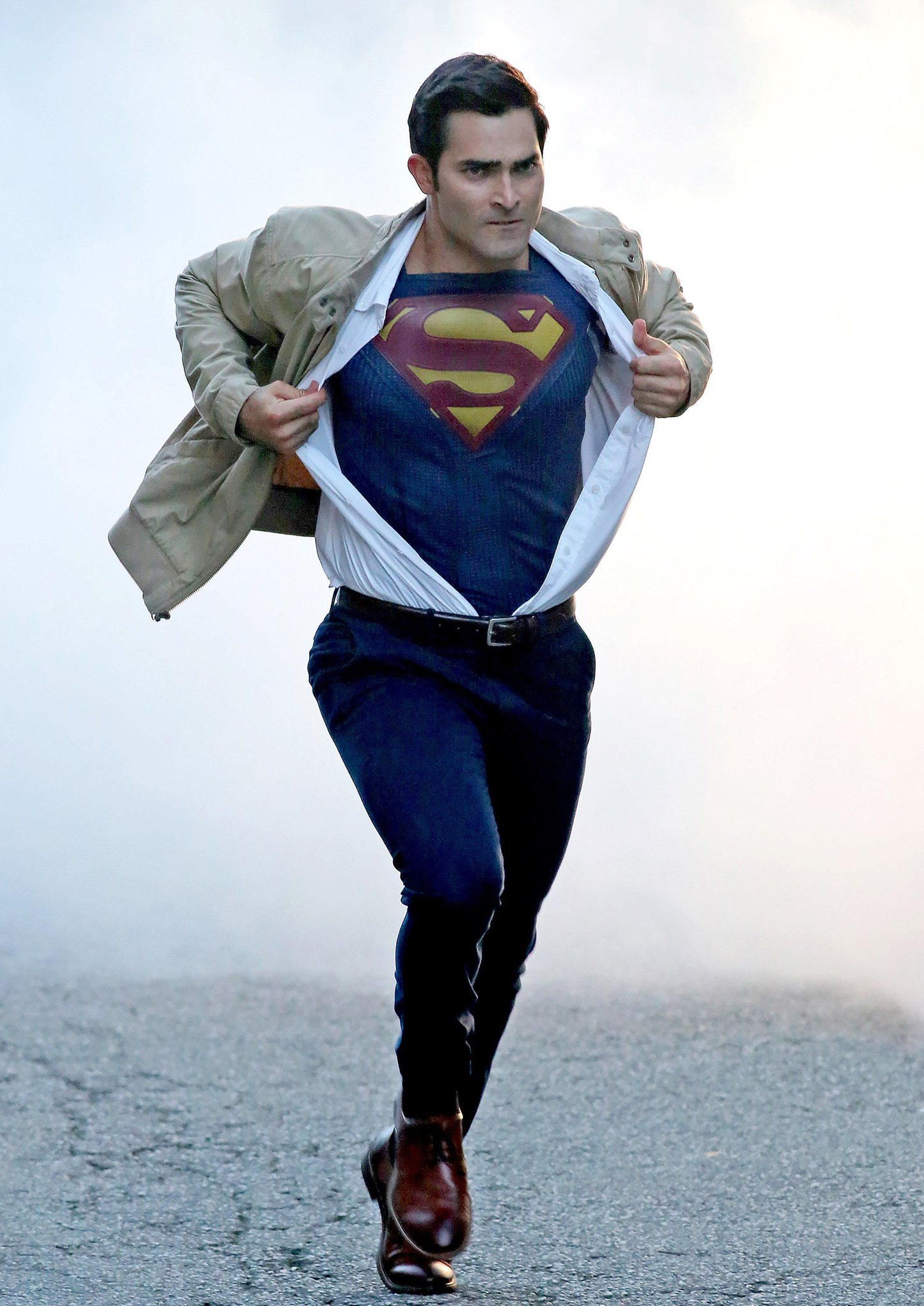 See tyler hoechlin recreate an iconic moment as clark kent for Kent superman