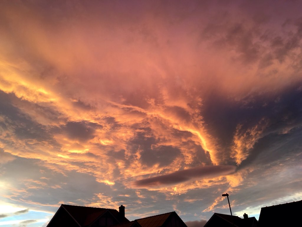 Amazing sky in Mid-Wales tonight @DerekTheWeather https://t.co/Yh6RhITAne