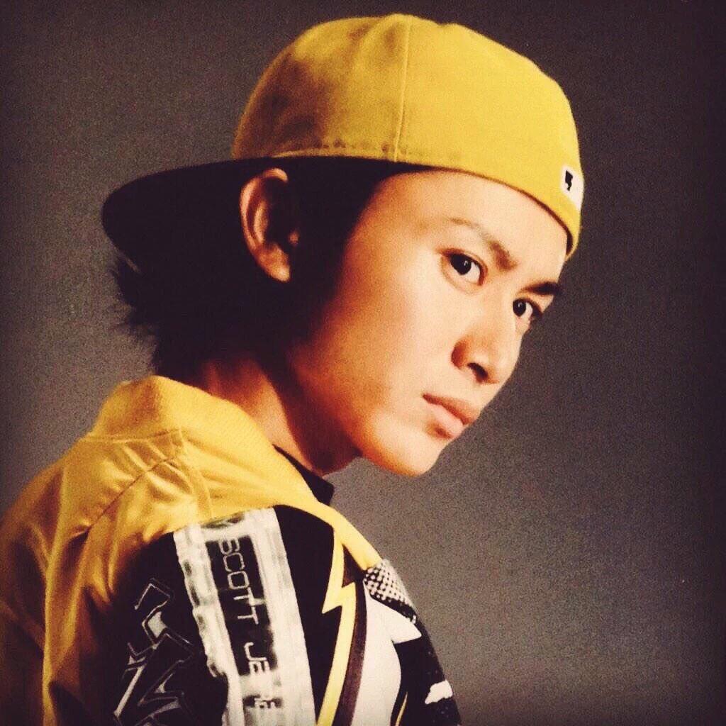 黄色いファッションの安田章大