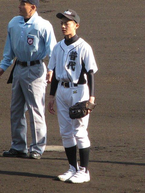 3年前のセンバツで、東日本大震災の被災地を代表して始球式を行った中学生が、この夏の甲子園に出場します。盛岡大付の赤坂祥基選手です。当時、同校の松本裕樹投手(ソフトバンク)の前で、ボールを投げました。#高校野球 #甲子園 https://t.co/7Sv2JbmOeT