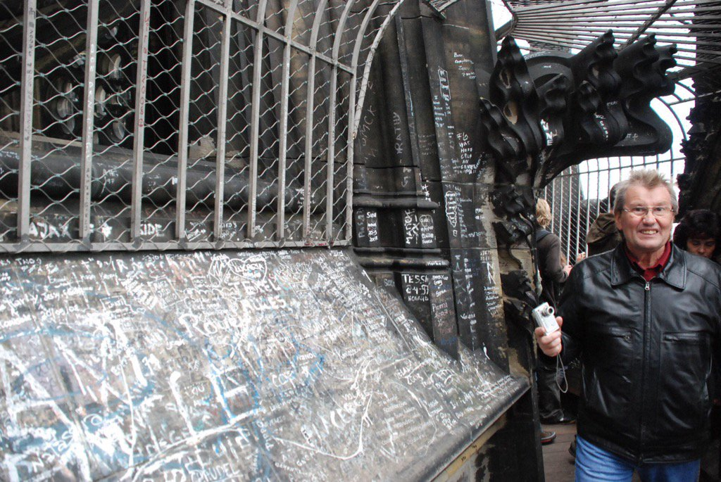 ケルン大聖堂に日本人学生が落書きして謝罪しに行った云々とかいうニュース見て怒ってる方へ。僕が2008年にケルン大聖堂に行って撮ってきた写真をどうぞ。 https://t.co/JzTYoTHd5K