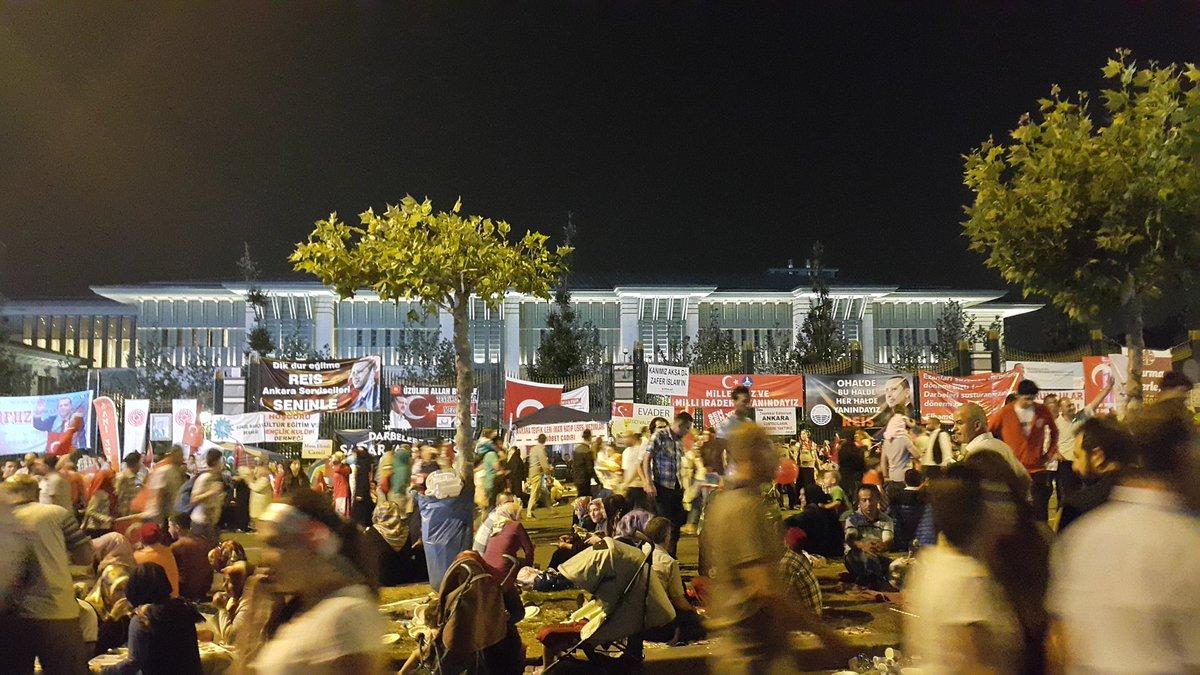 """Diktatörün sarayı dedikleri Beştepe an itibariyle demokrasi nöbetindeki vatandaşların """"milli irade kampı"""" .. https://t.co/vUcb8hmeF1"""