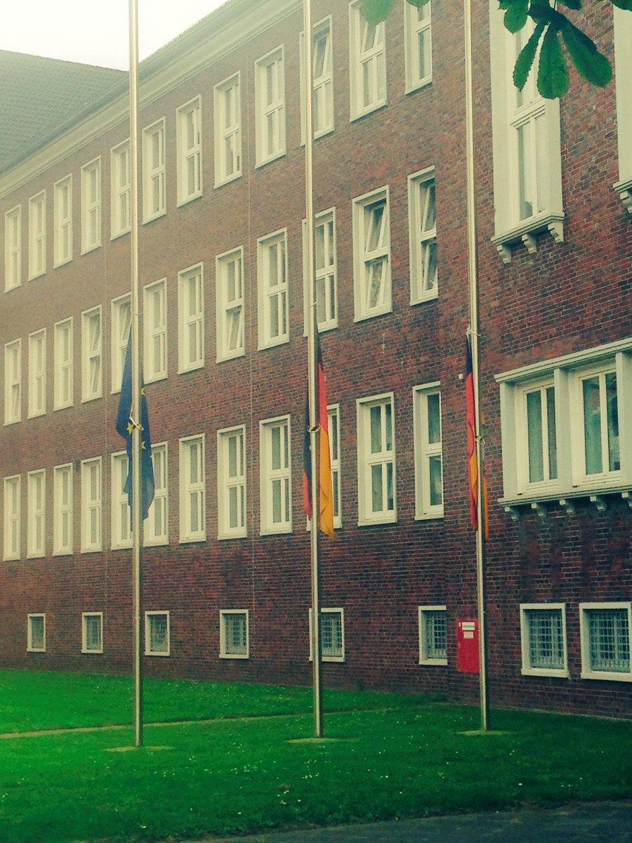 Wilhelmshaven / Flaggen auf Halb Mast