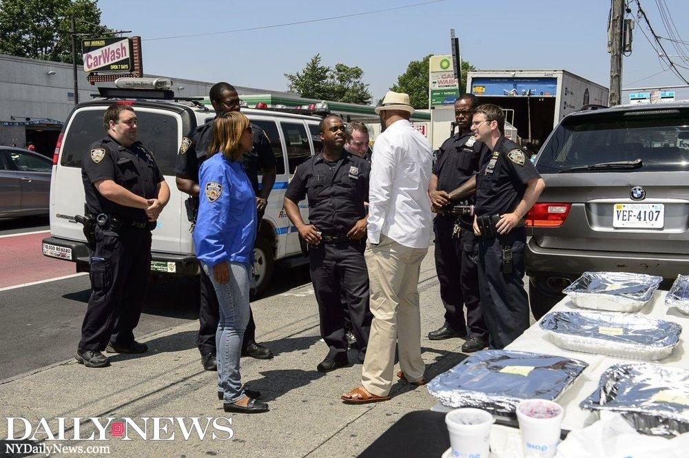 NYC activists treat cops to impromptu sidewalk breakfast: