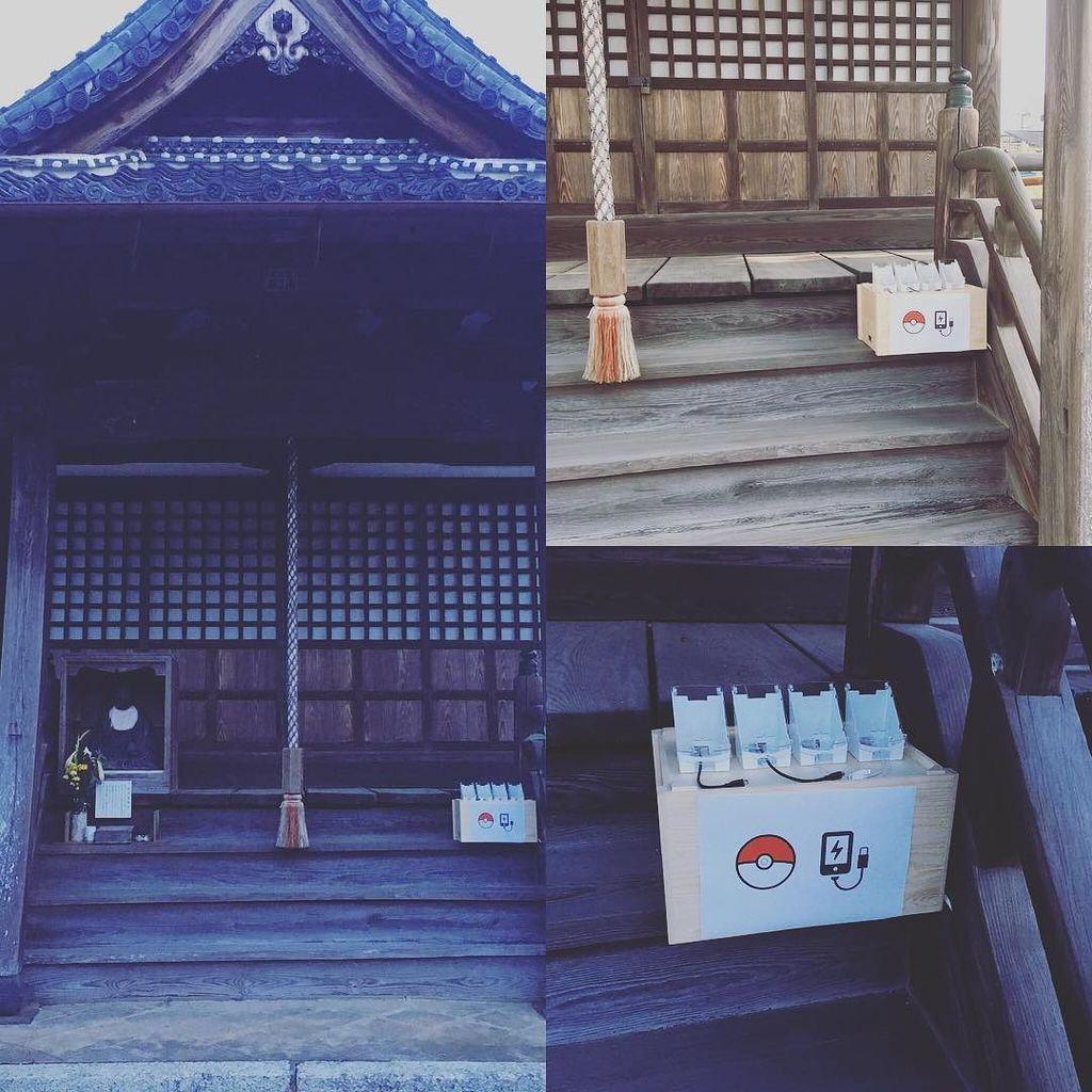 Vihara Kaigen (Kaigen-ji) di Fukuchiyama, Kyoto, Jepang, yang merangkap menjadi Gym Pokemon Go, menyediakan penggunaan gratis pengisi baterai (charger) ponsel, yang telah ditempatkan di tangga depan bangunan utama.