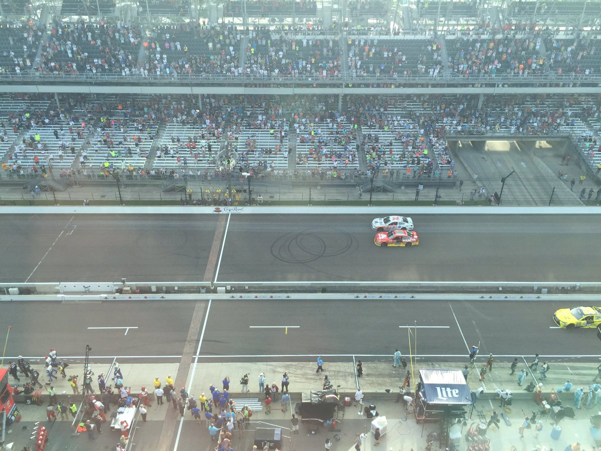 So cool @JeffGordonWeb @TonyStewart make a tribute lap @IMS https://t.co/ApszInFZaG