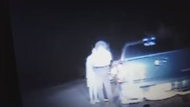 Deputy prays with man after he pulls him over>>