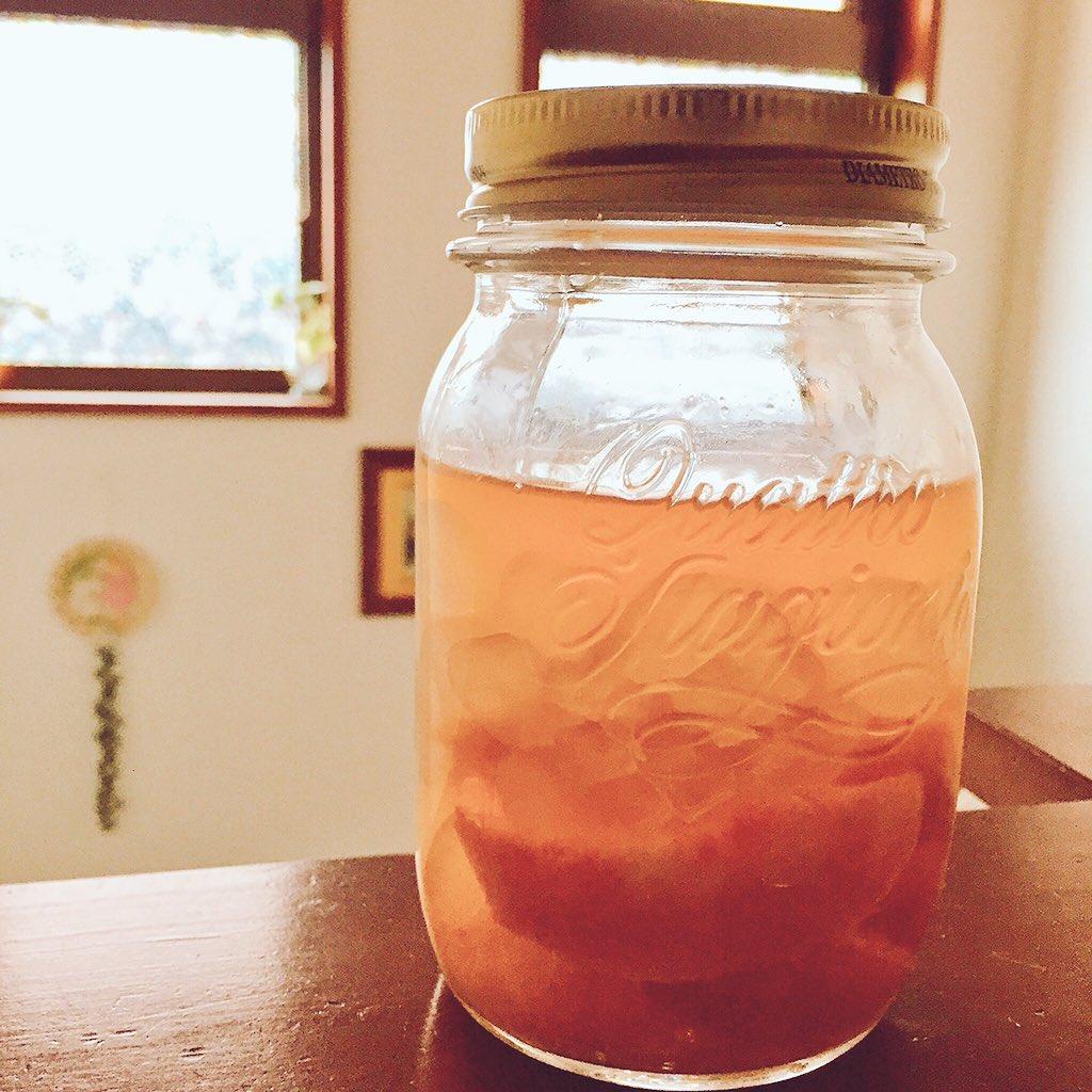 前に作った桃のビネガー出来てからちょこちょこ飲んでたらもう半分以下にwww 段々漬けているうちにピンク色になって、桃の実は食べると梅みたいでとろっと甘酸っぱく美味しい〜作ってよかった❣️