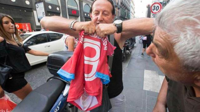 Tifoso napoletano rompe la maglietta di Higuain