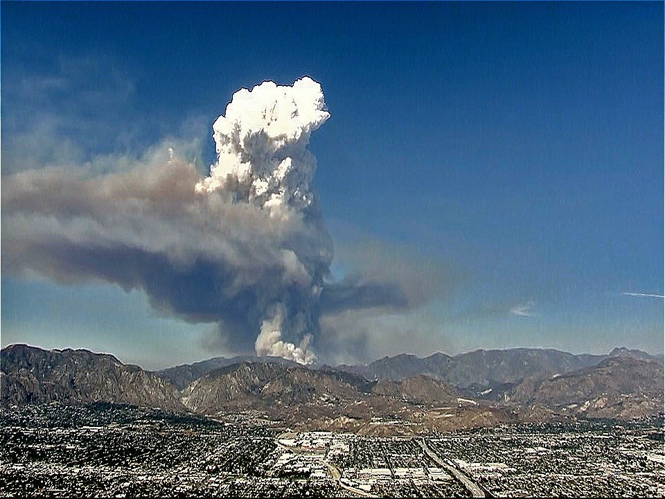 #SandFire smoke plume probably higher than 15,000 ft, view from the SFV. @FOXLA https://t.co/2Bbn9Lv4DM
