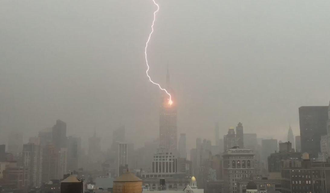 WATCH: Lightning strikes @EmpireStateBldg as strong thunderstorms roll through #NYC. https://t.co/g73j6q8oSA https://t.co/CjPzuyF6Io