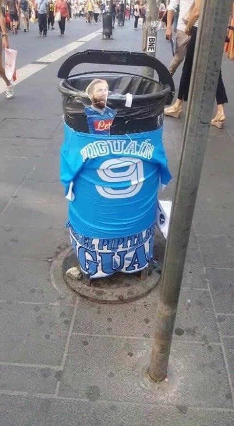 Gli addobbi della spazzatura a Napoli con Gonzalo Higuain