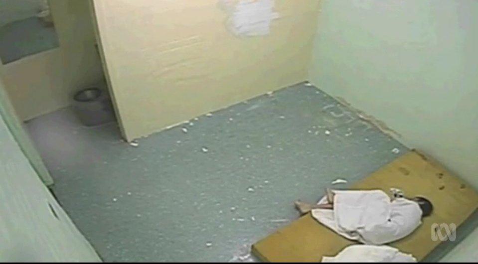 """Scandalo in Australia, ragazzo di 17 anni torturato in un """"istituto di correzione"""" che sembra Guantánamo"""