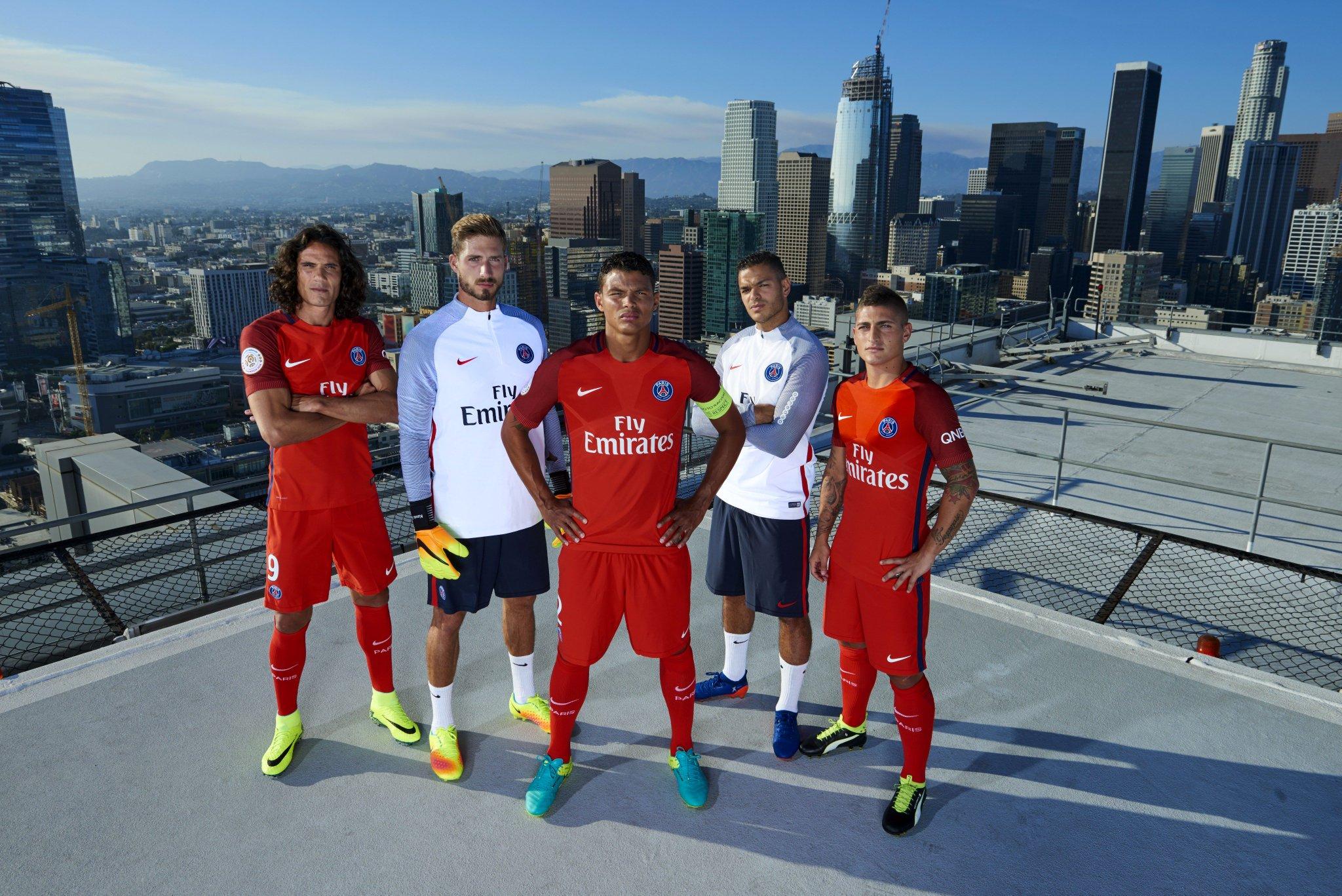 Foot - L1 - PSG - Le PSG en maillot rouge à l'extérieur