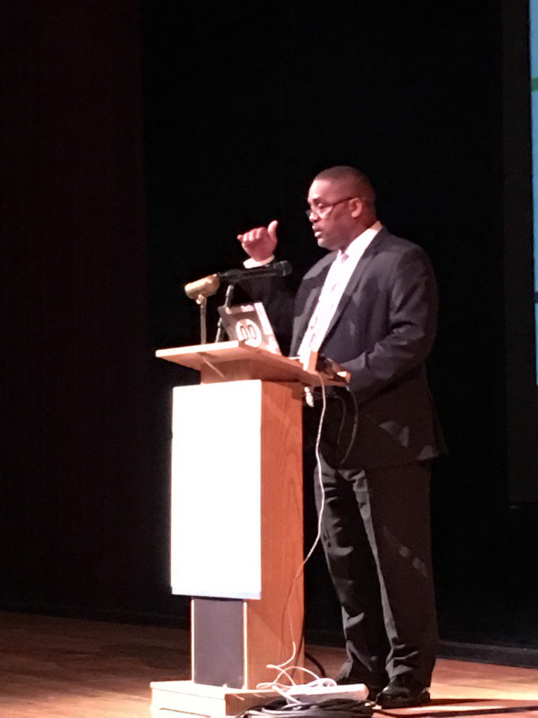 Desmond White welcomes the crowd to the Summit! #NYCSchoolsTech #CDELive https://t.co/iNYAwGqPoU