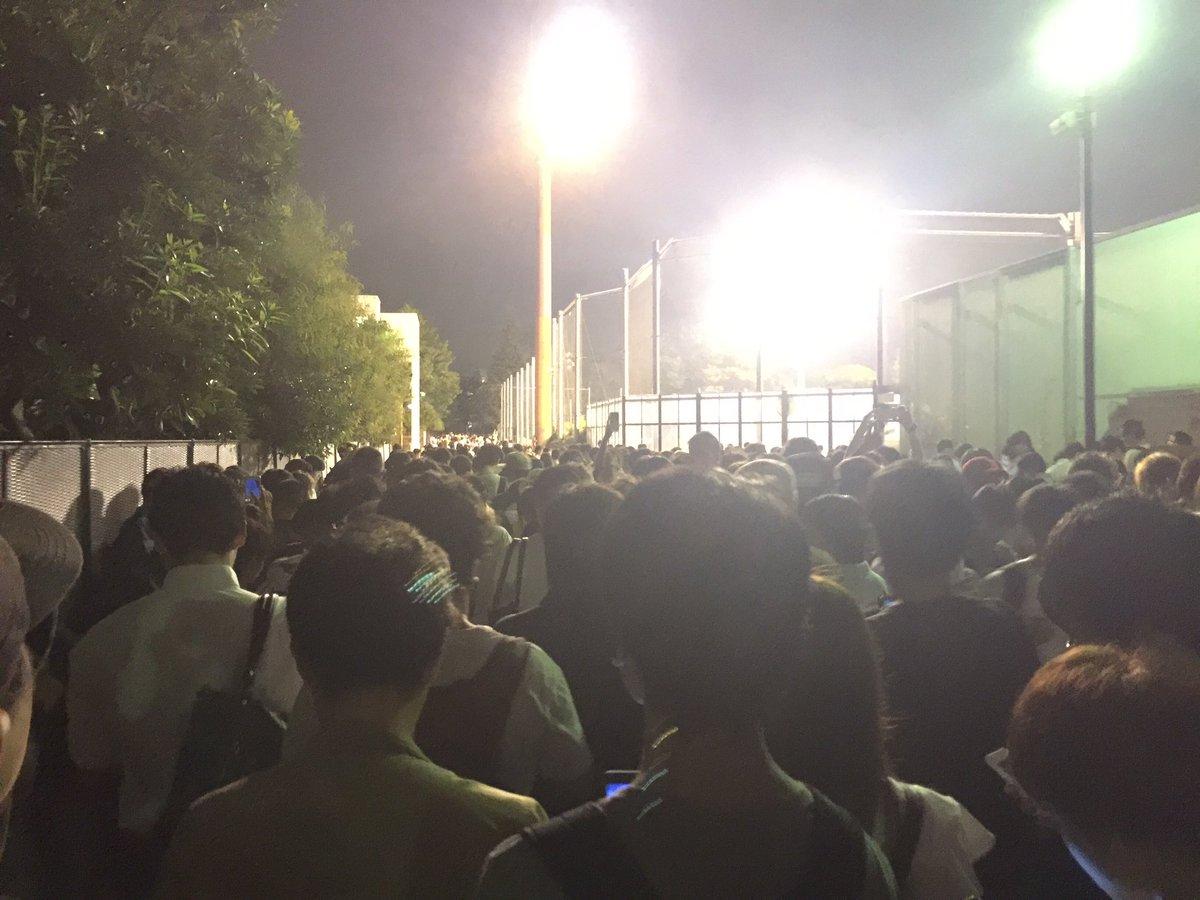 世田谷公園、身動き取れないし人多すぎて電波不安定でポケモンできなくなる程度にヤバい pic.twitter.com/dBg0N7Likg