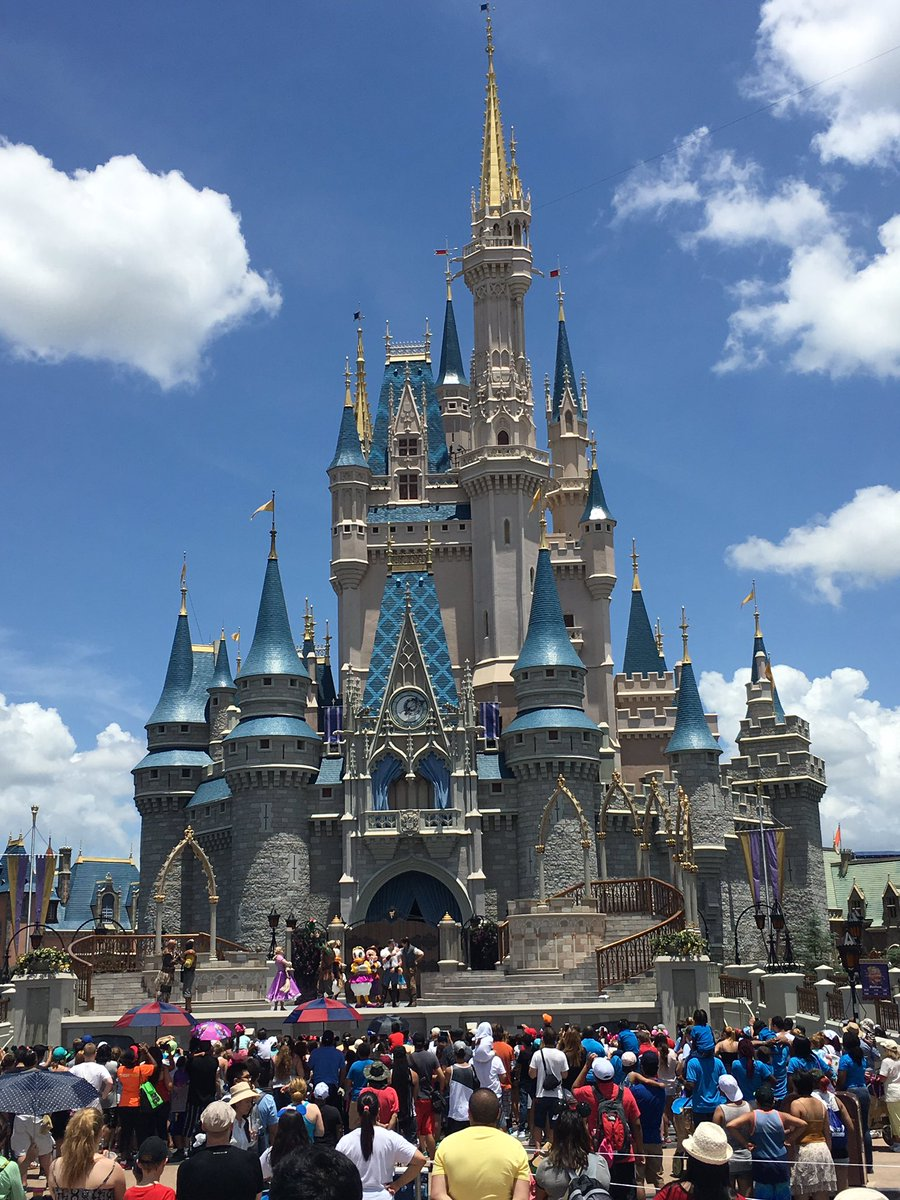 How about a good morning photo of Cinderella castle to start off the day? https://t.co/x8kVrfqzas