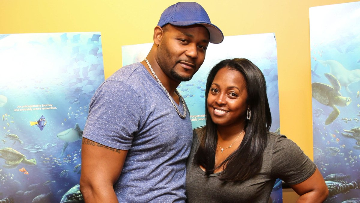 'Cosby' actress announces pregnancy, husband files for divorce