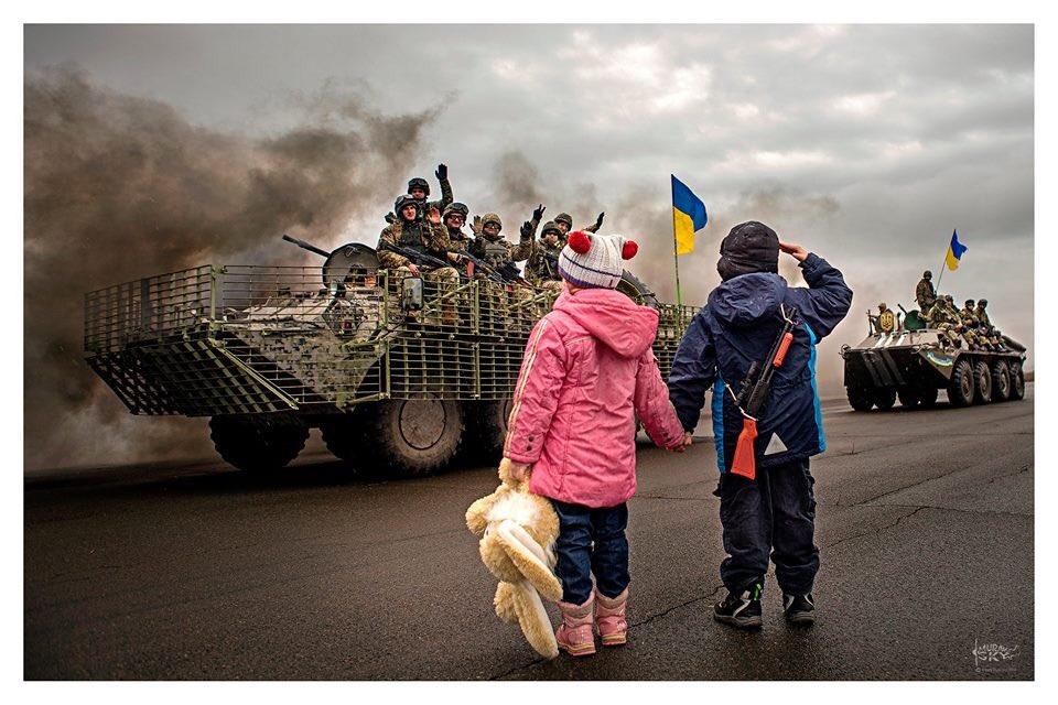 В оккупированном Енакиево местные жители выследили и сожгли украденные военными РФ автомобили, - ГУР Минобороны - Цензор.НЕТ 9196