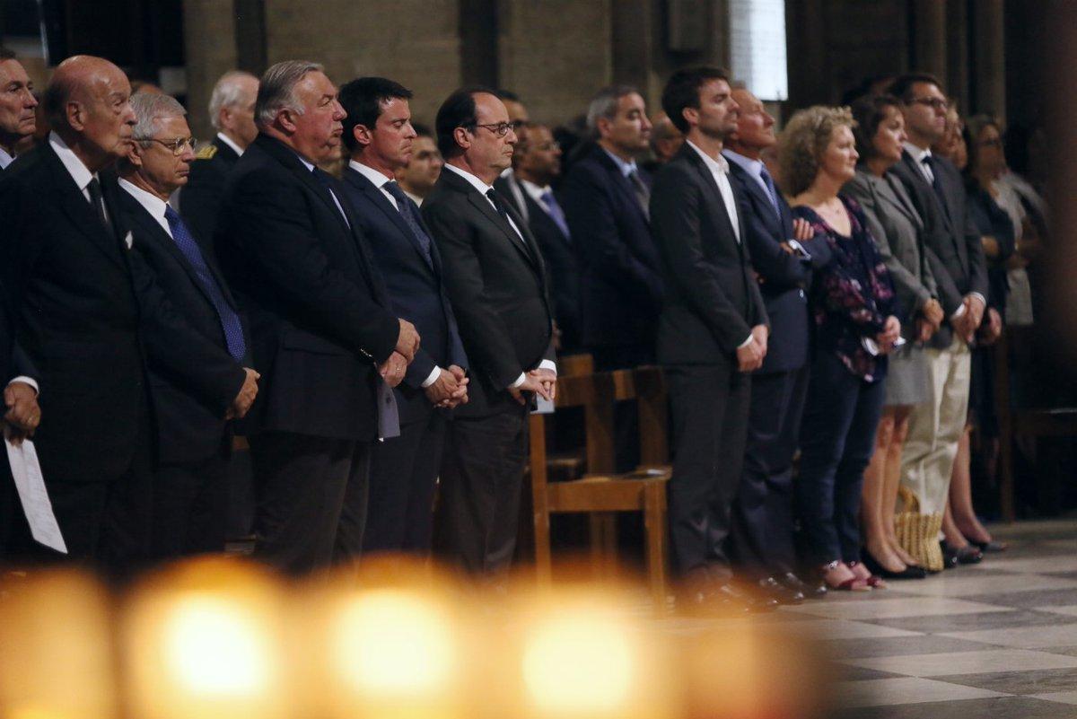 Le président @fhollande assiste à la messe d'hommage au prêtre Jacques Hamel, à la cathédrale @notredameparis https://t.co/nwUxSI1oGn