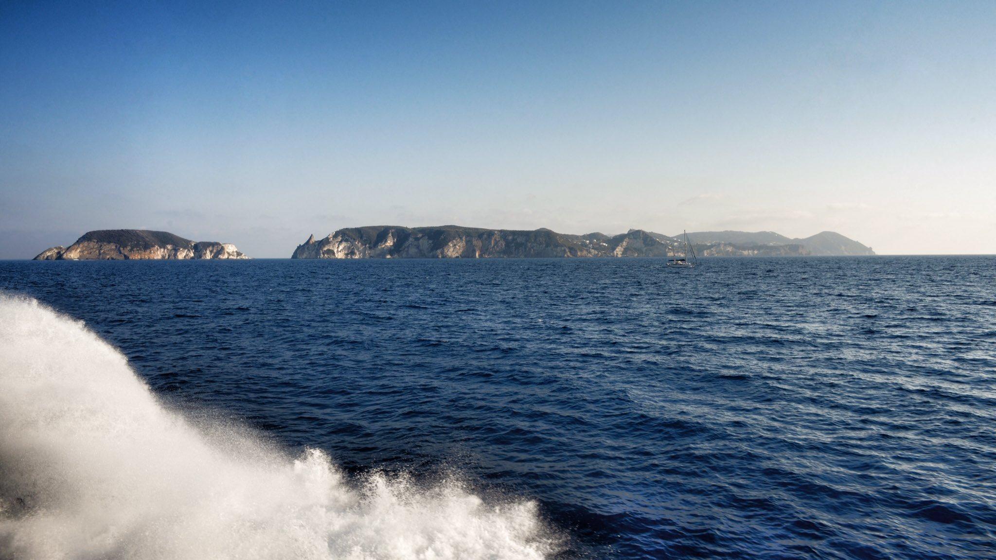 Stasera l'isola vi aspetta, e non è un reality. #ponzadautore (seconda parte) https://t.co/7mj56kmA03