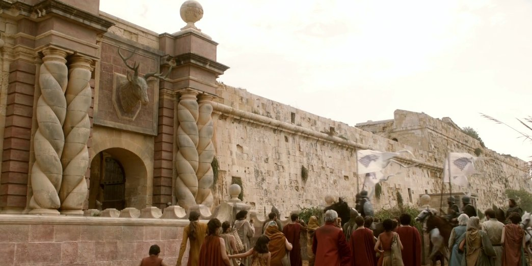 Open on Kingslanding, the Stark party rides into the Red Keep. I never noticed the Stag head over the gate before. https://t.co/LvpTizc41b