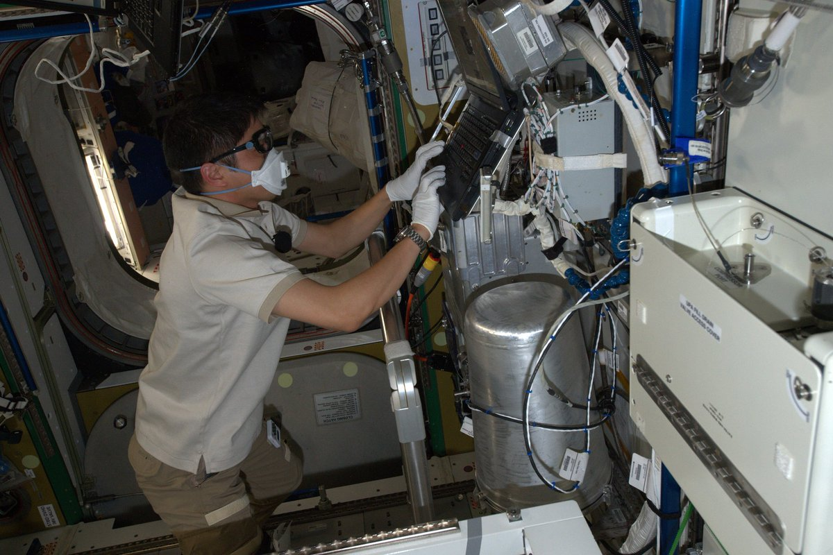 ISS滞在26日目(8月3日)、大西宇宙飛行士は、「きぼう」船外に設置するNASA実験装置タスクの予習、尿処理装置作業、心肺蘇生法やAED使用方法の復習を行いました。