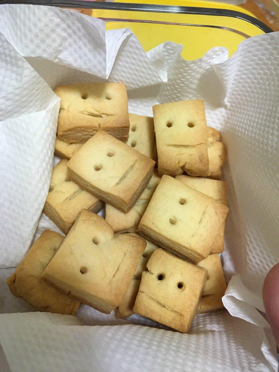 吹いたら負け!かわいい顔のクッキー(上)を作ろうとした結果、悲惨な顔(下)が出来上がったwwww
