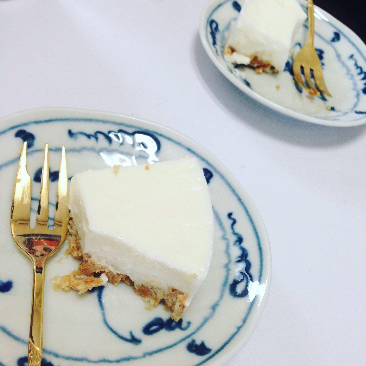 ヨーグルトのレアチーズケーキ ※15センチの型で作りました 牛乳150ccに砂糖100gとゼラチン5gを入れ沸騰させないように溶かし混ぜる、粗熱をとりレモン汁大1と水切りヨーグルト200gと混ぜて6時間程度冷蔵庫へ