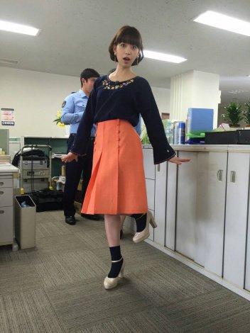 明るい柔らかい色のスカートを履く森川葵