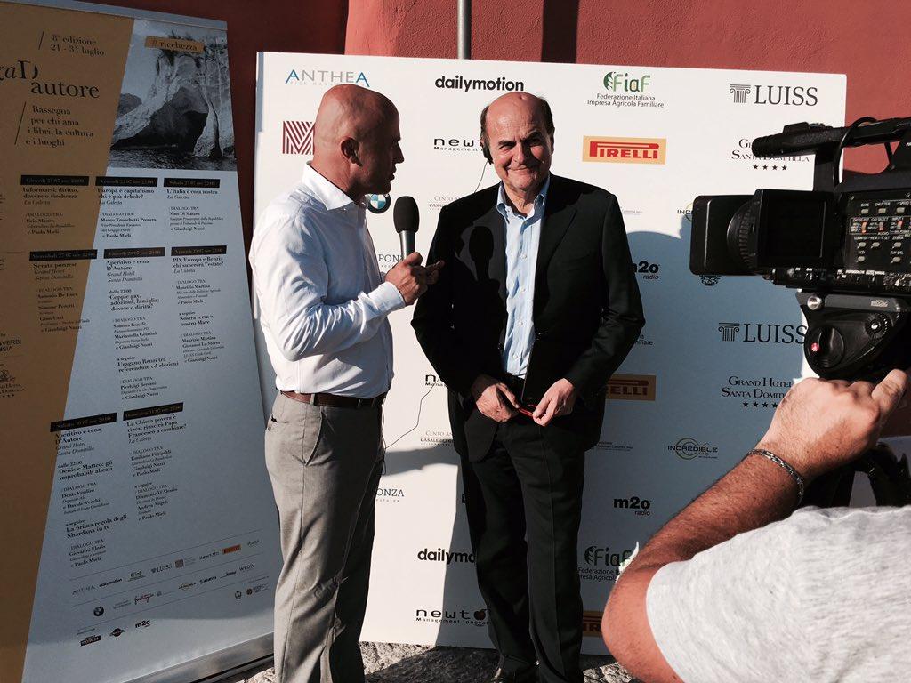 L'arrivo a #Ponza dell'ex segretario @pdnetwork @pbersani con @GianluigiNuzzi in collegamento con @MediasetTgcom24 https://t.co/89r4Kp3iZt