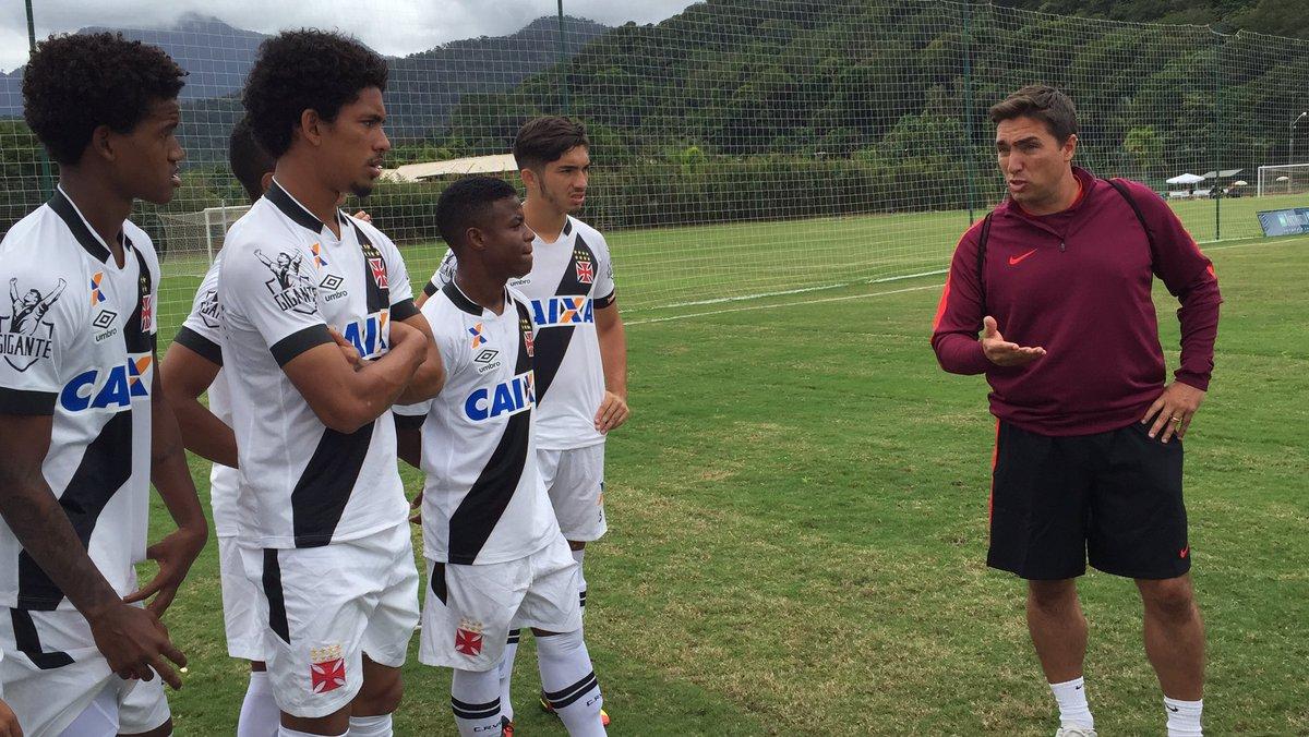 Rui Jorge, técnico da Seleção Olímpica Portuguesa, agradece a presença do time vascaíno   #UniãoBrasilPortugal