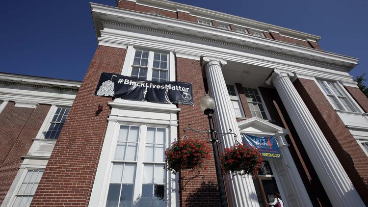 Police protest mayor's city hall Black Lives Matter banner; Mayor won't take it down