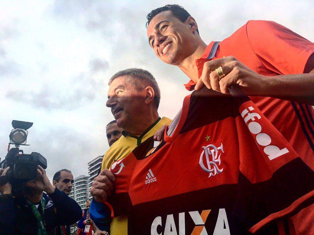 Artilheiro dos Jogos em 2012, L. Damião bateu bola com o presidente do COI Thomas Bach, que ganhou um Manto Sagrado.