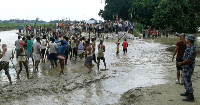 दसगजामा नेपाली र भारतीयबीच झडप, नेपालीले भत्काए भारतीय बाँध