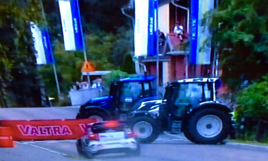 La locura de la organizacion del @RallyFinland c/el aval de la @fia: dos tractores como chicana. NO APRENDIERON NADA https://t.co/COwDzw7lZH